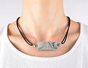 Kowal Outdoorschmuck Minikette Die Graue, am Hals getragen, klein