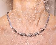 Kowal Outdoorschmuck Kette Eleganz in Grau, in der Dusche getragen, klein